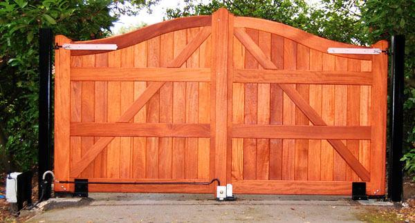 Portones de algarrobo portones a medida for Fabrica de ventanas de madera en buenos aires